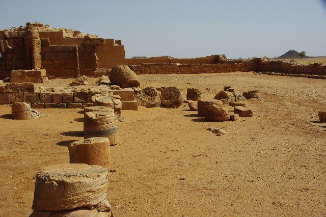 【スーダン周遊】 ムサワラット遺跡 (2) 黒ヤギの群れと遺跡_c0011649_2344111.jpg