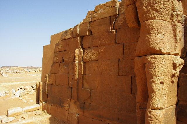 【スーダン周遊】 ムサワラット遺跡 (2) 黒ヤギの群れと遺跡_c0011649_23444235.jpg