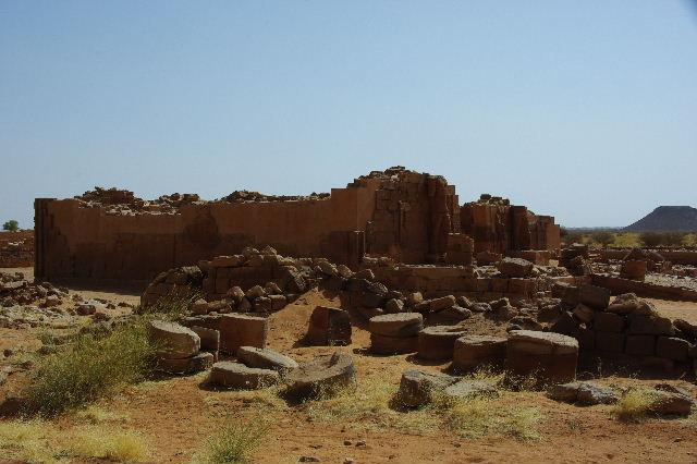 【スーダン周遊】 ムサワラット遺跡 (2) 黒ヤギの群れと遺跡_c0011649_23451650.jpg