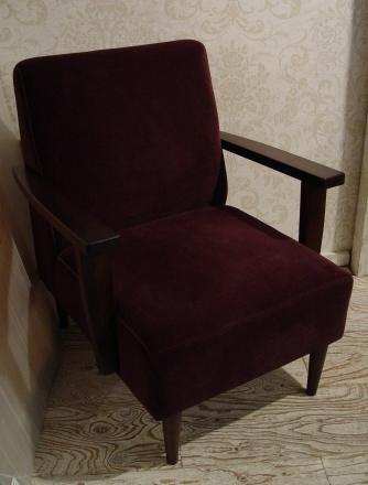 こげ茶ベロア・木アーム1Pソファーと、白い木製テーブル 入荷!!_a0096367_2154135.jpg
