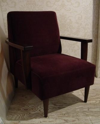 こげ茶ベロア・木アーム1Pソファーと、白い木製テーブル 入荷!!_a0096367_2154977.jpg