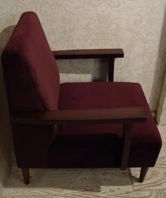 こげ茶ベロア・木アーム1Pソファーと、白い木製テーブル 入荷!!_a0096367_215558.jpg