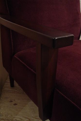 こげ茶ベロア・木アーム1Pソファーと、白い木製テーブル 入荷!!_a0096367_216165.jpg