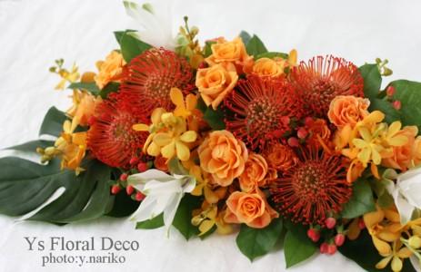 南国のお花をいれたメインテーブル装花 立食パーティに_b0113510_23402842.jpg