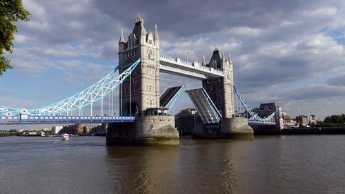 ロンドン橋とよく間違えられるタワーブリッヂ。胯割きならず!_b0032617_14162573.jpg
