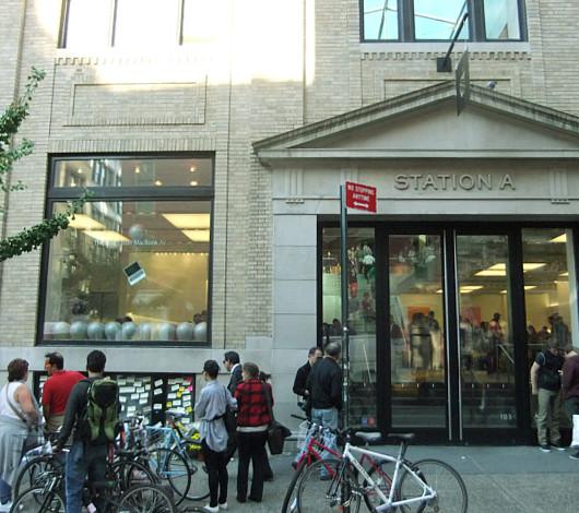 スティーブ・ジョブズさん追悼特集 ニューヨークSOHO店前_b0007805_1135323.jpg