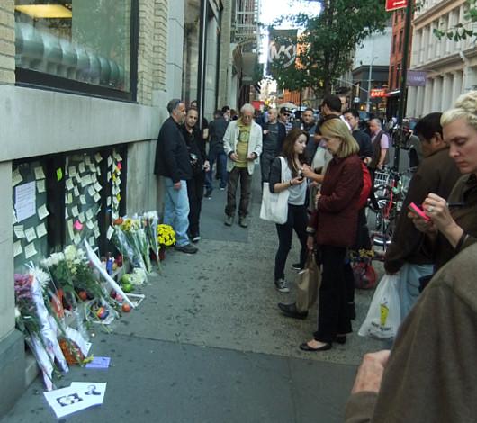 スティーブ・ジョブズさん追悼特集 ニューヨークSOHO店前_b0007805_11354752.jpg
