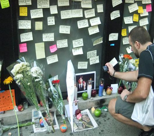 スティーブ・ジョブズさん追悼特集 ニューヨークSOHO店前_b0007805_11355883.jpg