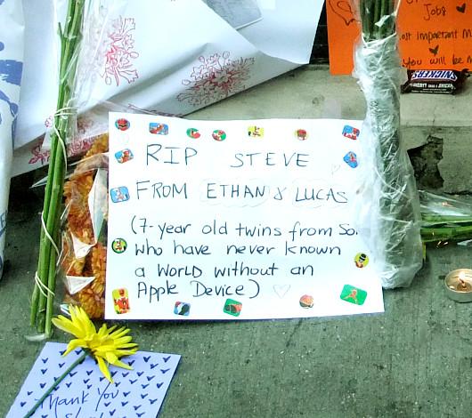 スティーブ・ジョブズさん追悼特集 ニューヨークSOHO店前_b0007805_1136713.jpg