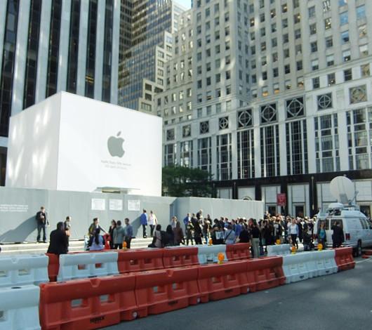 スティーブ・ジョブズさん追悼特集 ニューヨーク5th Avenue店前_b0007805_11453341.jpg
