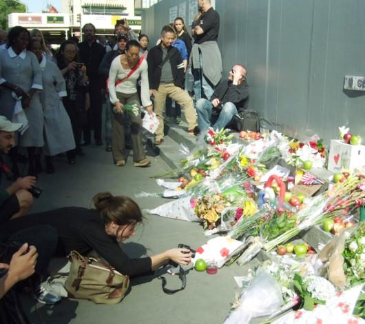 スティーブ・ジョブズさん追悼特集 ニューヨーク5th Avenue店前_b0007805_11455687.jpg