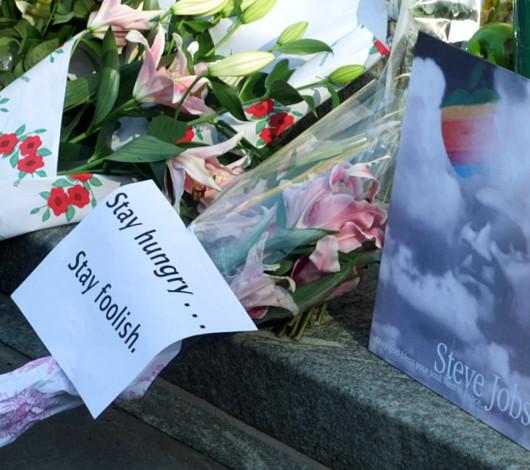 スティーブ・ジョブズさん追悼特集 ニューヨーク5th Avenue店前_b0007805_11481193.jpg