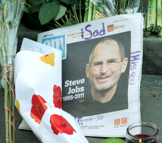スティーブ・ジョブズさん追悼特集 ニューヨーク5th Avenue店前_b0007805_11482369.jpg