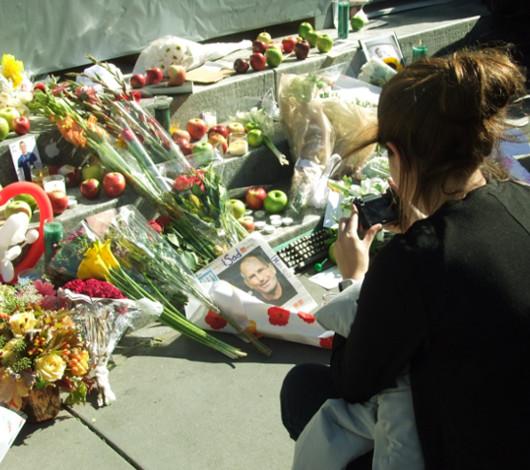 スティーブ・ジョブズさん追悼特集 ニューヨーク5th Avenue店前_b0007805_11573751.jpg