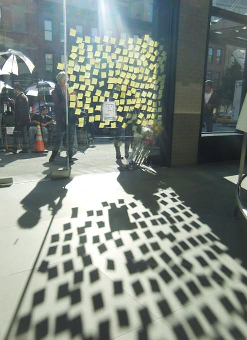 スティーブ・ジョブズさん追悼特集 ニューヨークWest14丁目店前_b0007805_1211457.jpg
