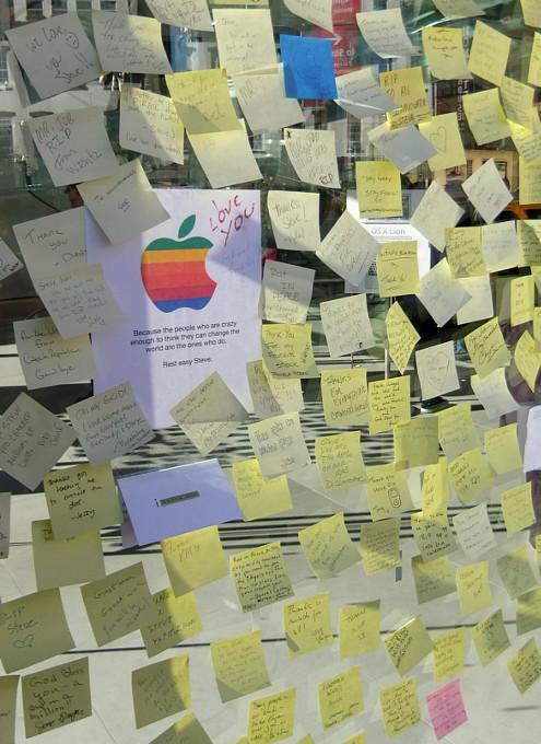 スティーブ・ジョブズさん追悼特集 ニューヨークWest14丁目店前_b0007805_13382682.jpg