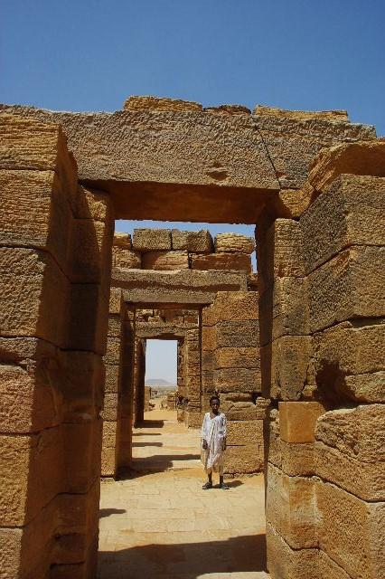 【スーダン周遊】 ナカ遺跡 (1) アモン神殿とスフィンクスの参道_c0011649_0464415.jpg