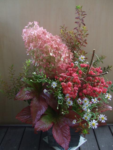 オークリーフ(秋色ミナズキと実物と秋草のアレンジメント)_f0049672_1124667.jpg