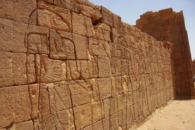 【スーダン周遊】 ナカ遺跡 (2) ライオン神殿とキオスク_c0011649_931055.jpg