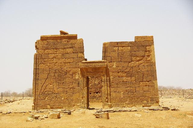 【スーダン周遊】 ナカ遺跡 (2) ライオン神殿とキオスク_c0011649_9565580.jpg