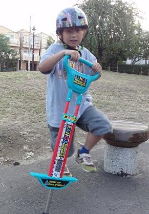 孫達のお気に入り遊び道具バランスバイクとバランスホッピング_d0148223_2046557.jpg