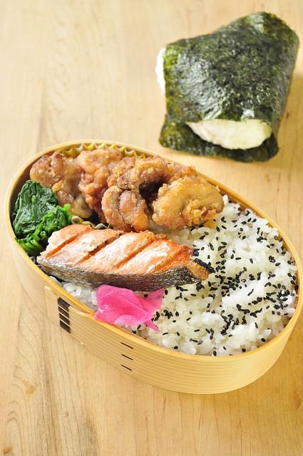 鮭と唐揚げのお弁当_b0171098_7402795.jpg