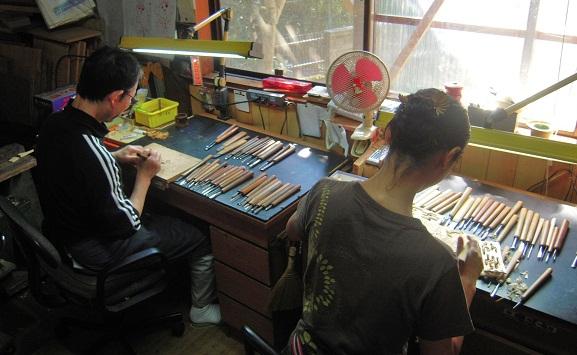 金沢仏壇の制作 その4 箔彫り師 2011.10.14  _c0213599_0141750.jpg