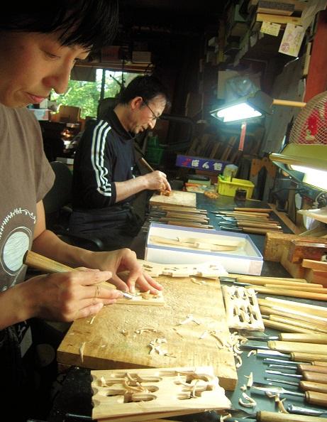 金沢仏壇の制作 その4 箔彫り師 2011.10.14  _c0213599_043324.jpg