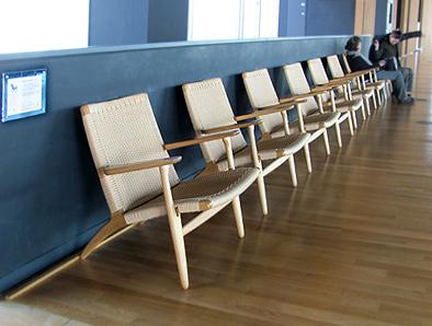 北欧デザイン椅子を多数配置している新国立美術館_c0167961_16304544.jpg