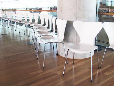北欧デザイン椅子を多数配置している新国立美術館_c0167961_163155.jpg