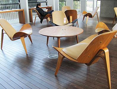 北欧デザイン椅子を多数配置している新国立美術館_c0167961_16315551.jpg