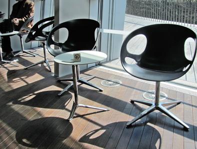 北欧デザイン椅子を多数配置している新国立美術館_c0167961_16322728.jpg