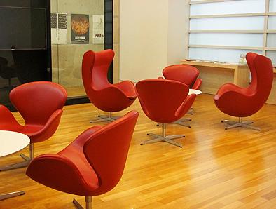 北欧デザイン椅子を多数配置している新国立美術館_c0167961_16325050.jpg