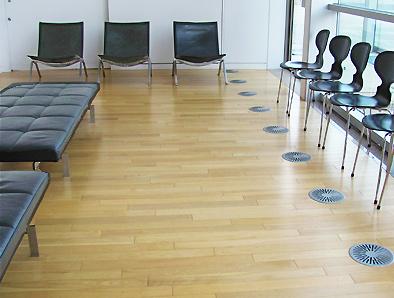 北欧デザイン椅子を多数配置している新国立美術館_c0167961_16334093.jpg
