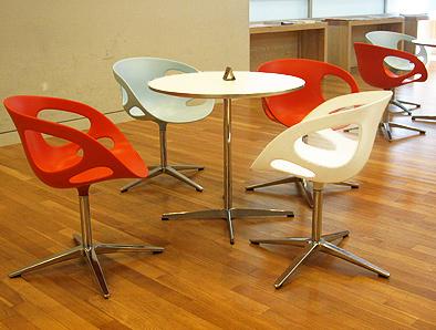 北欧デザイン椅子を多数配置している新国立美術館_c0167961_1633629.jpg