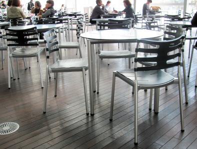 北欧デザイン椅子を多数配置している新国立美術館_c0167961_163575.jpg