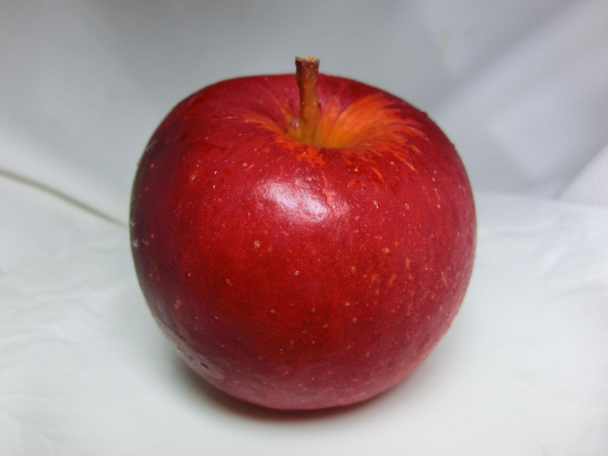 真っ赤なりんご。