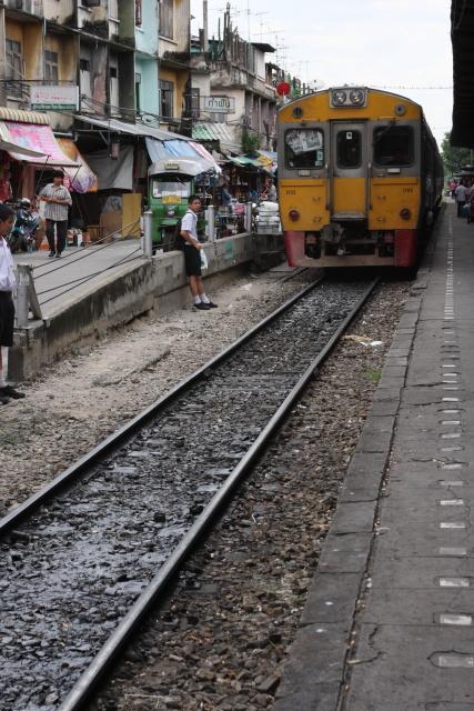 バンコク  ウォンウィエンヤイ駅からマハーチャイ線で_b0061717_11214937.jpg