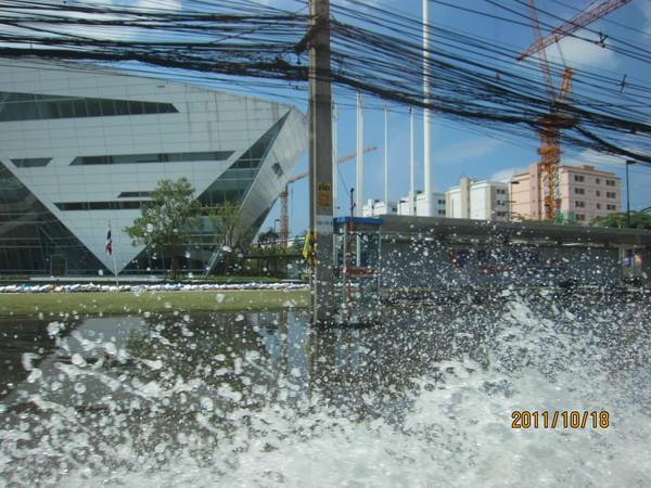 迫り来る危機的状況の洪水リポート_b0100062_16393799.jpg