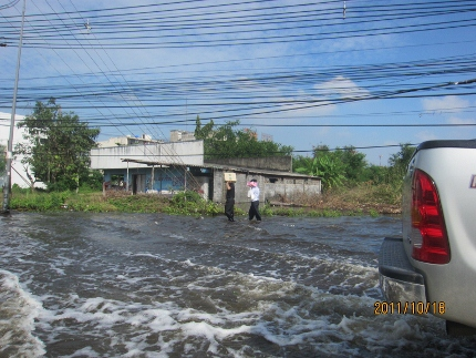 迫り来る危機的状況の洪水リポート_b0100062_16395640.jpg