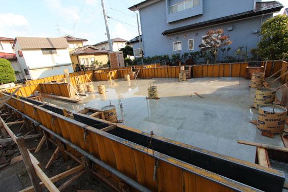 八幡田の家:基礎コンクリートを打設_e0054299_9285377.jpg