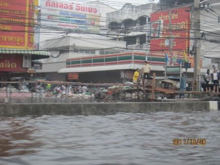 タイ洪水其の三いよいよ其処まで_b0100062_1843041.jpg