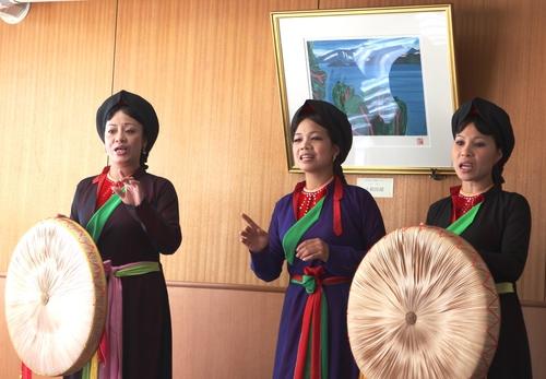 ベトナム伝統民謡「クアンホー」の歌い手が市長を表敬訪問_f0237658_17131635.jpg