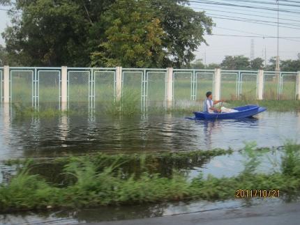 タイの洪水。其の四.タマサート大学前の2車線は通行不能カヌーです_b0100062_11134792.jpg