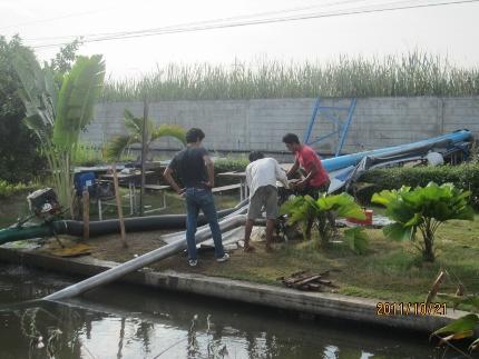 タイの洪水。其の四.タマサート大学前の2車線は通行不能カヌーです_b0100062_11221176.jpg