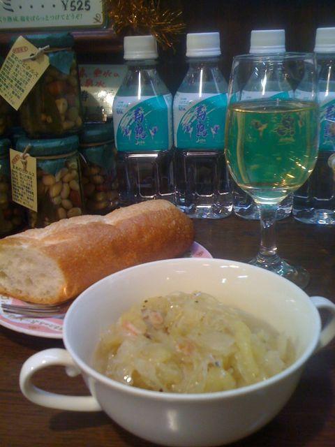豚とリンゴのザワークラウト煮に酒種パン、白ワインでキメてみました♪まだまだ夜ベルク、ココロもカラダもあったまりますよ♪_c0069047_202473.jpg