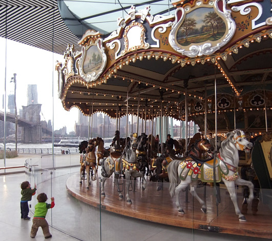 ニューヨークに新名所、ブルックリン橋のたもとに超レトロなメリー・ゴーランドが登場!!!_b0007805_195780.jpg