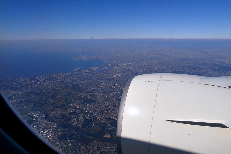 苫小牧上空 いつも我が家の窓から見上げる飛行機 今日は逆_a0160581_10543933.jpg