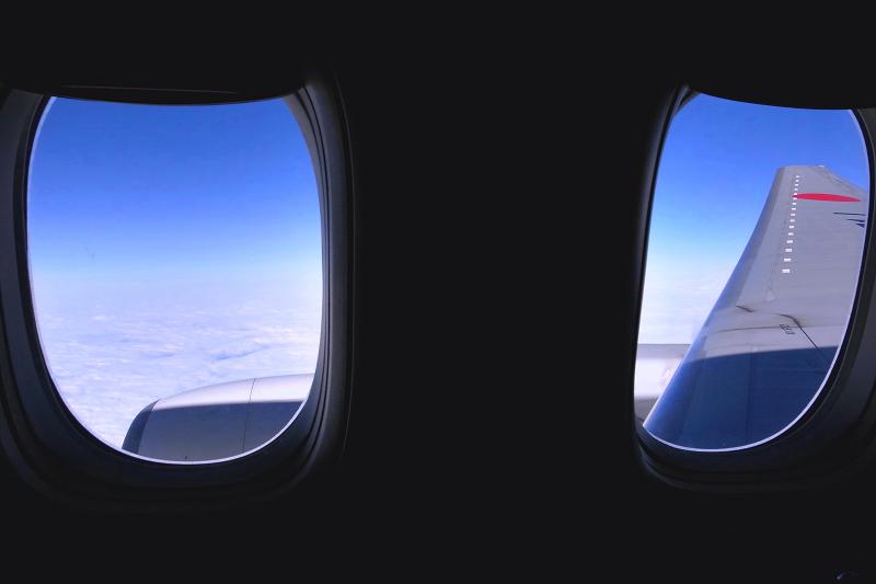 苫小牧上空 いつも我が家の窓から見上げる飛行機 今日は逆_a0160581_22222395.jpg