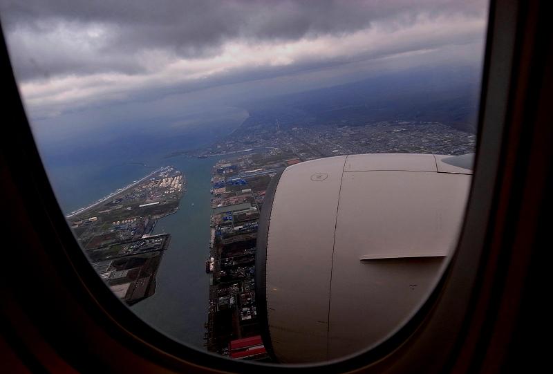 苫小牧上空 いつも我が家の窓から見上げる飛行機 今日は逆_a0160581_750393.jpg